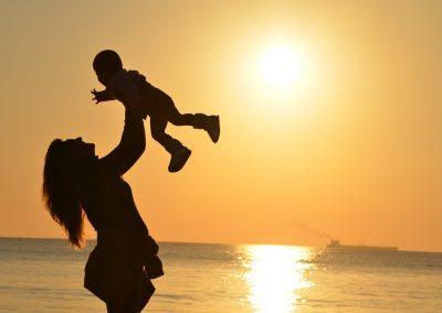 Juega con tu hijo mientras lo estimulas